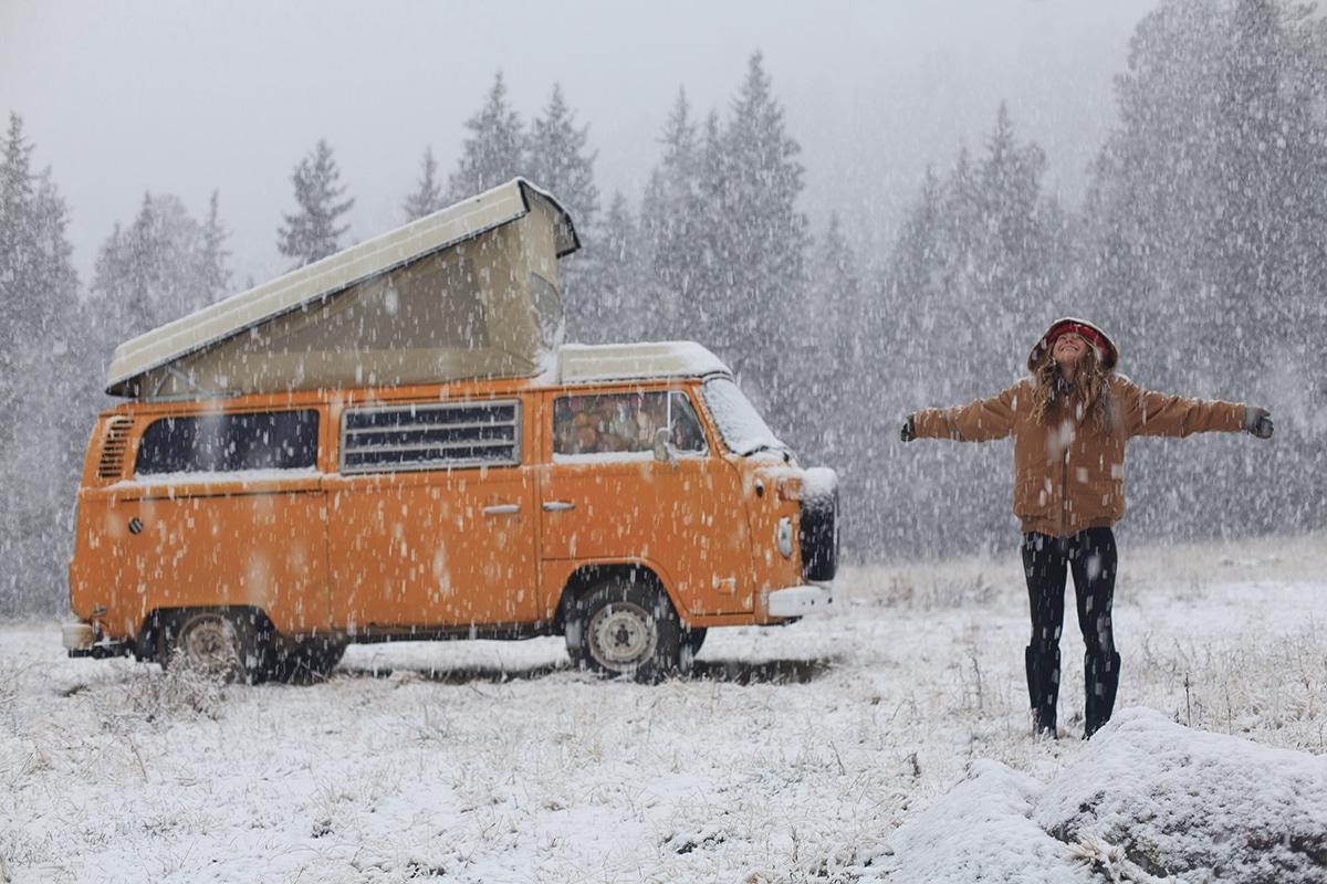 van en couple en hiver