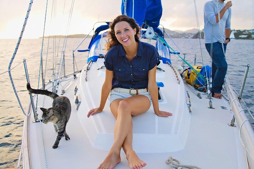 Sur un voilier avec un chat : vie alternative de Matt & Jessica