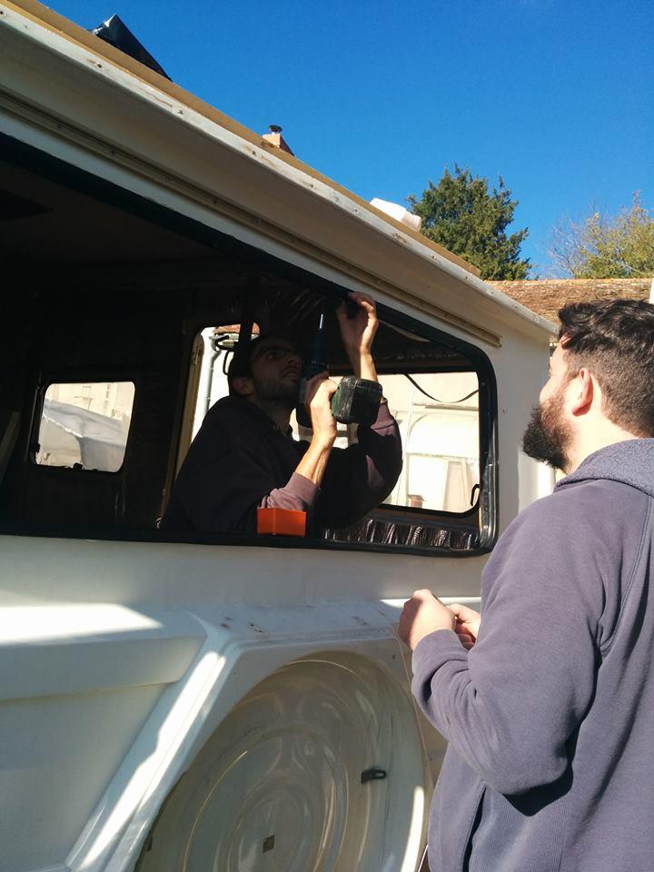 Condamner une fenêtre d'un fourgon ou d'une camionnette aménagée