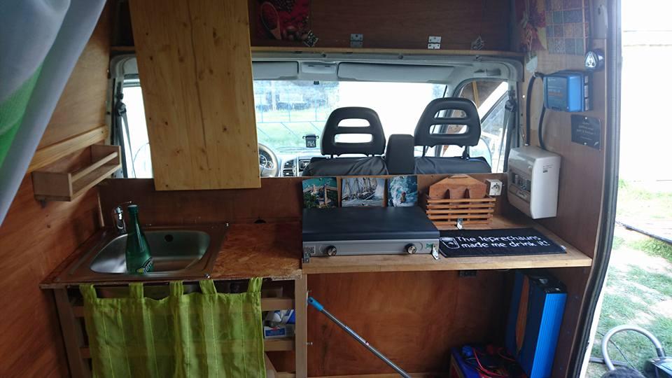vivre en camionnette aménagée cuisine