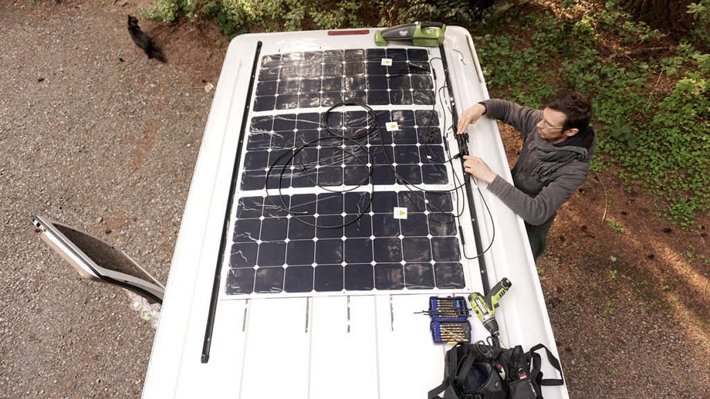 installer des panneaux solaires toit camion aménagé van camping-car