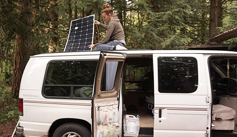 Installer des panneaux solaires dans un camion aménagé, van ou camping-car