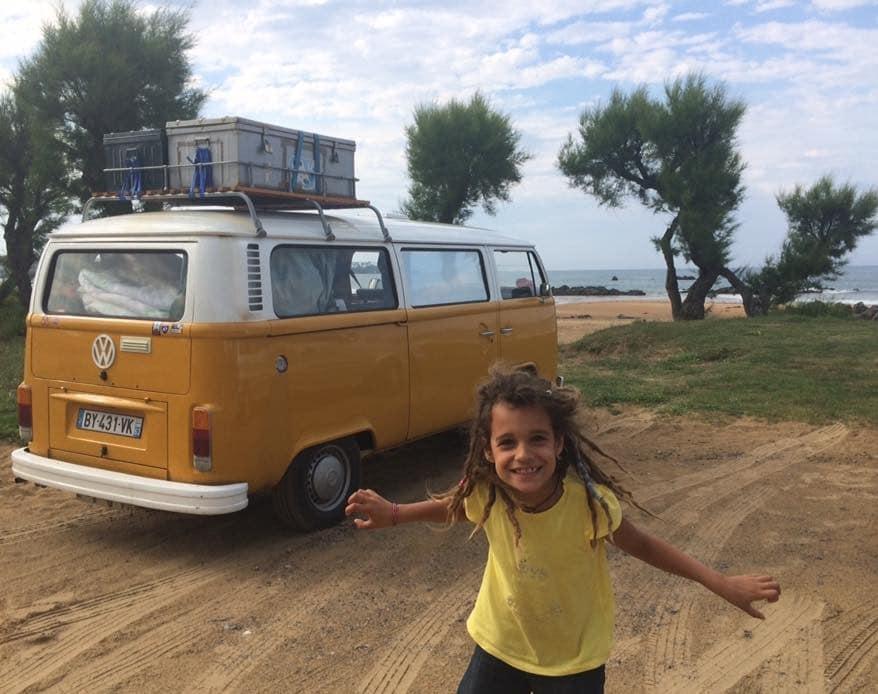 une famille nomade voyage en combi