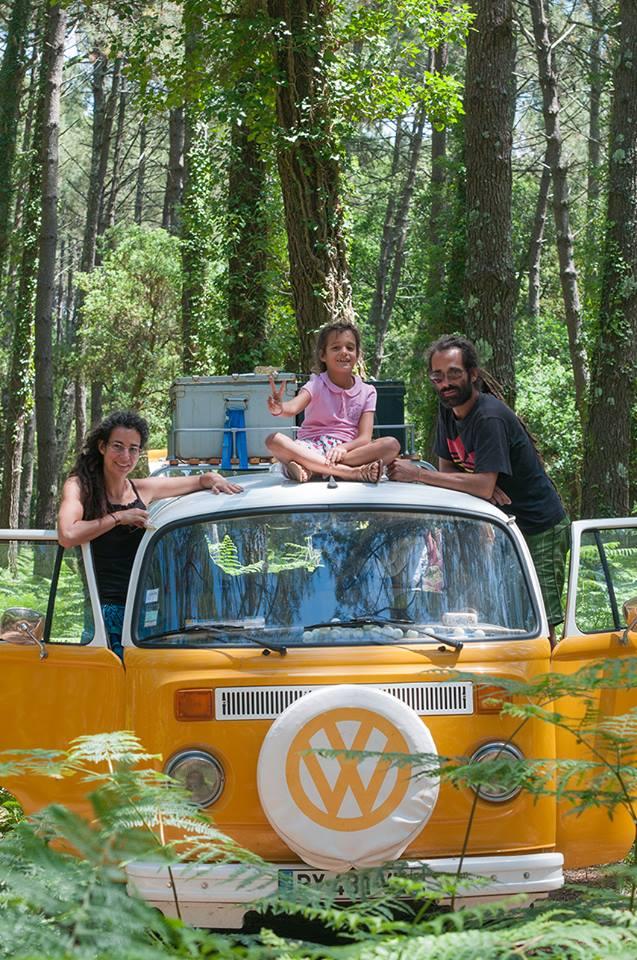 une famille nomade en van