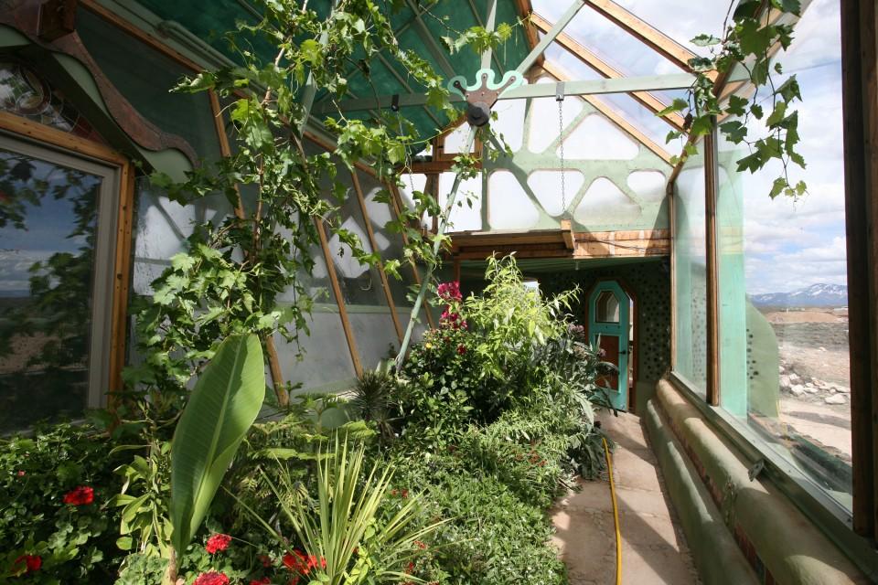 Earthship : une maison écologique en forme de serre