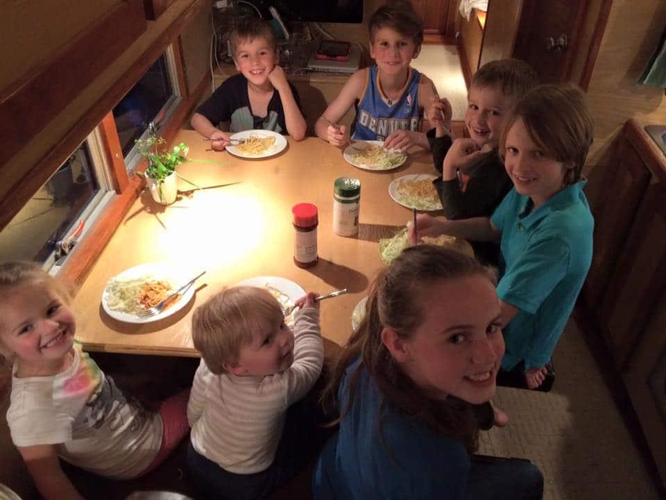 famille nomade en bus van