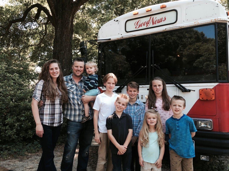 famille nomade en bus scolaire aménagé