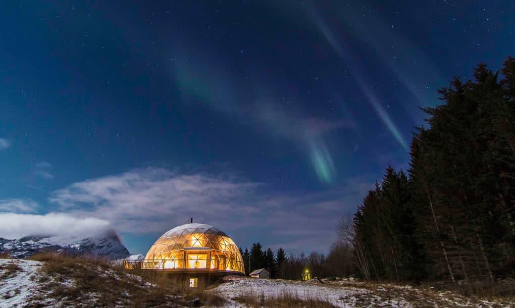 Ils vivent dans maison écologique sous un dôme de verre en Arctique