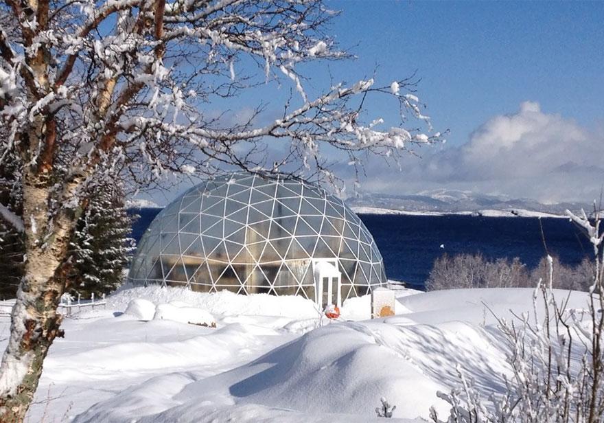 maison écologique sous un dôme de verre