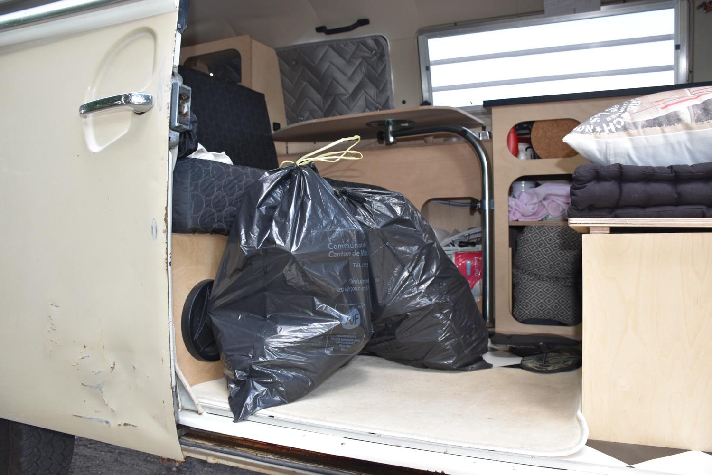 voyager en van ramasser déchets