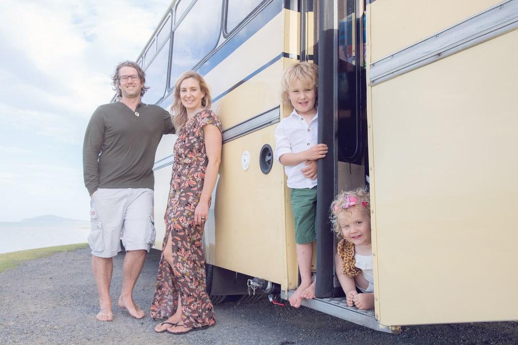 Après un tremblement de terre ils quittent leur maison pour vivre en bus scolaire