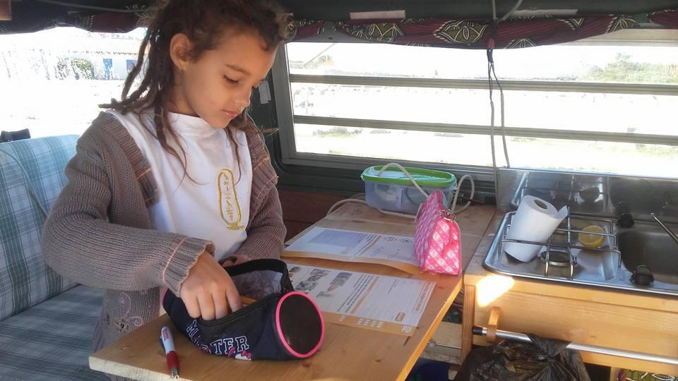 école à la maison une famille nomade en van