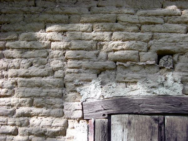 mur en brique adobe